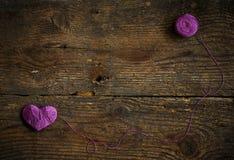 Purple Heart avec une boule de fil dessus sur le vieux backg en bois minable Photographie stock libre de droits
