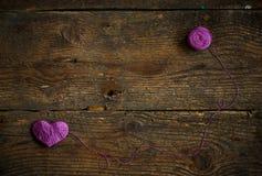 Purple Heart avec une boule de fil dessus sur le vieux backg en bois minable Photo libre de droits