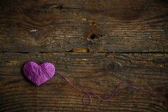 Purple Heart dessus sur le vieux fond en bois minable Photos stock