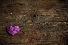 Purple Heart dessus sur le vieux fond en bois minable photographie stock