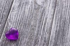 Purple Heart na szarość malującym drewnianym tle Fotografia Stock