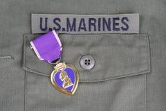 Purple Heart nagroda na USA żołnierzy piechoty morskiej oliwnej zieleni mundurze Zdjęcia Royalty Free