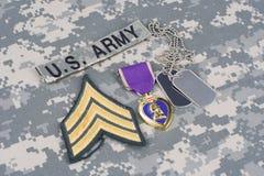 Purple Heart nagroda z psimi etykietkami na wojsko usa mundurze Obrazy Royalty Free