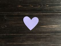 Purple Heart sur un fond en bois Photos stock
