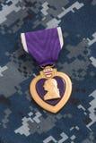 Purple Heart Wojenny medal na marynarka wojenna kamuflażu materiale obraz royalty free