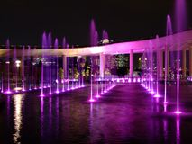 Purple-lighted water fountain at Marina Barrage Royalty Free Stock Photos
