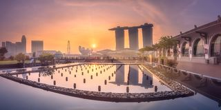 Business district and Marina bay in Singapore. Purple scenic sunset over skyline of downtown district of Marina bay and pond in the foreground, Singapore Royalty Free Stock Photos