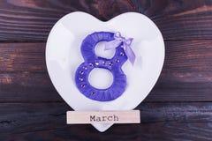 Purpur acht, Wort März auf Platte Stockbilder