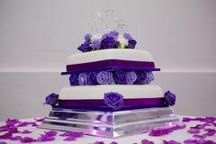 Purpur bröllopstårta arkivbilder