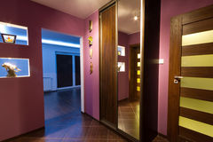 Purpur korridor med garderoben Royaltyfria Foton
