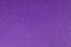 Purpur prägte dekorativen Kunstlederbeschaffenheitshintergrund, Abschluss oben Lizenzfreie Stockfotos