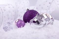 Purpur silver för julgarnering på snow royaltyfri foto