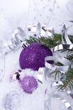 Purpur silver för julgarnering på snow fotografering för bildbyråer