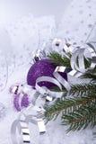 Purpur silver för julgarnering på vit snow royaltyfria foton