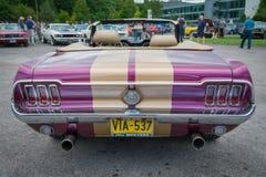 Purpur und hintere Ansicht Goldklassischen Ford Mustang-Cabriolet Lizenzfreies Stockfoto