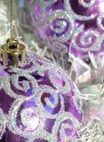 purpura baubles Arkivfoton