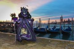 Purpura costumed zamaskowana kobieta Zdjęcia Royalty Free