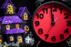 Purpura ducha zabawkarski dom z czerwonym Halloween budzikiem Zdjęcie Stock