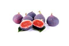 Purpura figs över leaves på white Arkivfoto