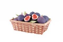 Purpura figs i en sugrörkorg Arkivbild