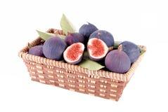 Purpura figs i en sugrörkorg Arkivbilder