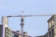 Purpura koloru żurawie w budowie z niebieskim niebem fotografia royalty free