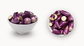 Purpurfärgad aubergine i en bunke Arkivbild