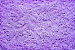 Purpurfärgad bakgrund i form av en forntida barock upprepande design arkivbilder