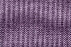 Purpurfärgad bakgrund med den flätade rutiga modellen, closeup Textur av det väva tyget, makro Fotografering för Bildbyråer