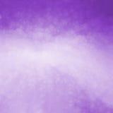 Purpurfärgad bakgrund med ljus - lilor centrerar och knastrade den glass texturdesignen Arkivfoton