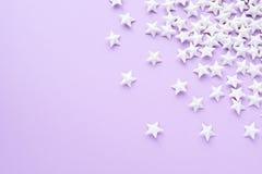 Purpurfärgad bakgrund med vita stjärnor Arkivbilder