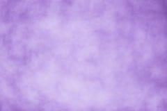 Purpurfärgad bakgrundssuddighetstapet - materielbild Arkivfoton
