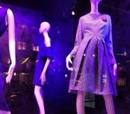 Purpurfärgad belysning i ett lagerfönster, modetrender, NYC, NY, USA Fotografering för Bildbyråer