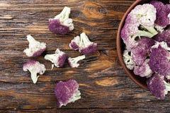 Purpurfärgad blomkål i en platta Royaltyfri Foto