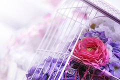 Purpurfärgad bröllopdekor Arkivbilder
