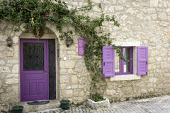Purpurfärgad dörr Royaltyfri Bild