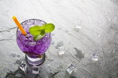 Purpurfärgad drink för sodavattenlimefrukt med limefrukt Arkivfoto