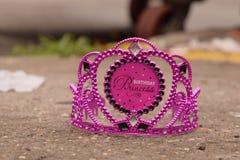 Purpurfärgad födelsedagprinsessa Crown på trottoaren Arkivfoton