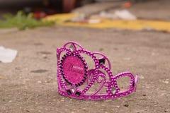 Purpurfärgad födelsedagprinsessa Crown på trottoaren Fotografering för Bildbyråer