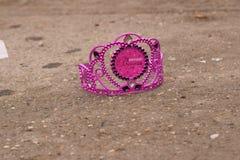 Purpurfärgad födelsedagprinsessa Crown på trottoaren Royaltyfria Bilder