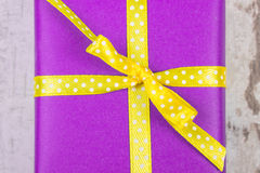 Purpurfärgad gåva för jul eller annan beröm på träplanka Arkivfoton