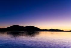 Purpurfärgad gryning på stranden royaltyfri bild