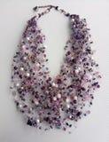 Purpurfärgad halsband på bakgrunden royaltyfri bild