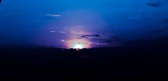 Purpurfärgad himmel i soluppgång Arkivbild
