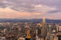 Purpurfärgad himmel och moln över Kuala Lumpur Fotografering för Bildbyråer