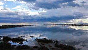 Purpurfärgad himmelreflexion fotografering för bildbyråer