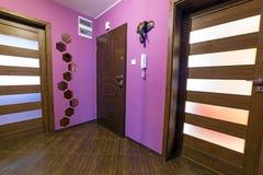 Purpurfärgad korridorinre Arkivfoton