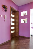 Purpurfärgad korridorinre i lägenheten Arkivfoto