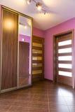 Purpurfärgad korridorinre i lägenheten Arkivbilder