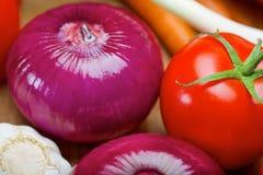 Purpurfärgad lök och tomat Arkivfoton